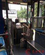 老人带活鸡上公交遭拒 竟下跪哀求让其乘车